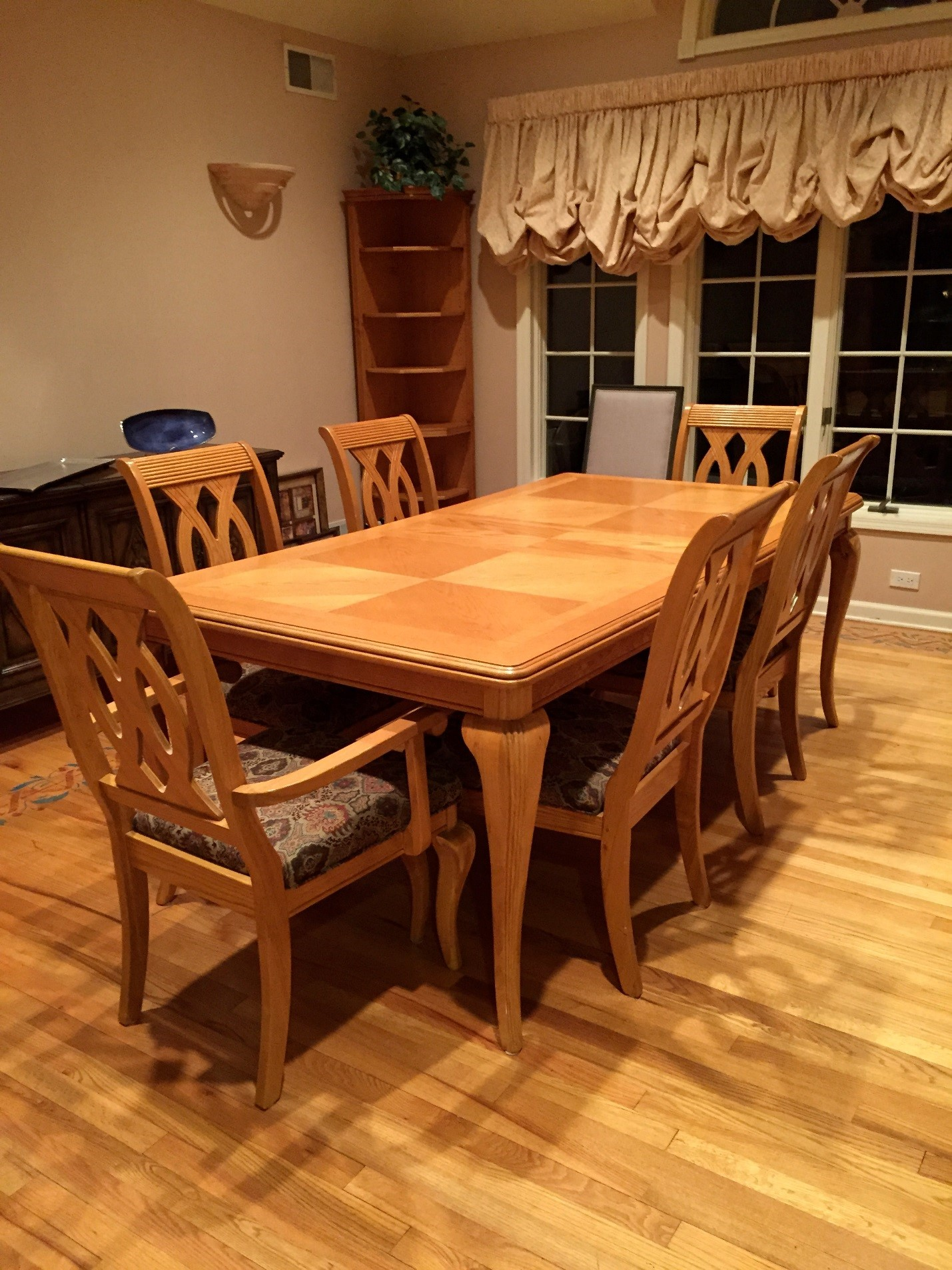 Liv. dining table and chairs
